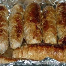 Мясные рулетики – блюдо, с которым можно экспериментировать бесконечно, выбирая любую начинку и способы приготовления.